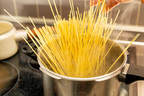 高血圧招きやすい食事習慣「麺を茹でる時に塩ひとつまみ」