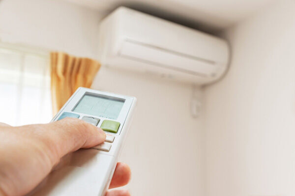 エアコンの臭いを防ぐ掃除法 電源切る前の送風運転を習慣に!