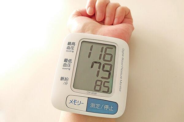 耳の裏のツボを1日3回刺激して「高血圧」予防を期待
