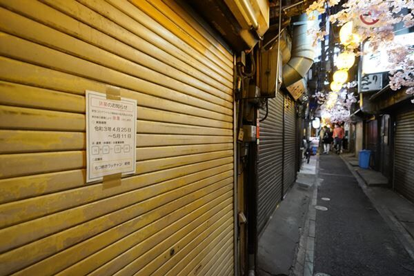 緊急事態宣言を受け、休業の張り紙が貼られた飲食店(写真:時事通信)