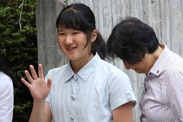 17年8月、那須の藤城清治美術館で。爽やかな襟付きのワンピース