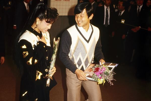 86年10月、柏原芳恵にコンサートで笑顔を見せる天皇陛下