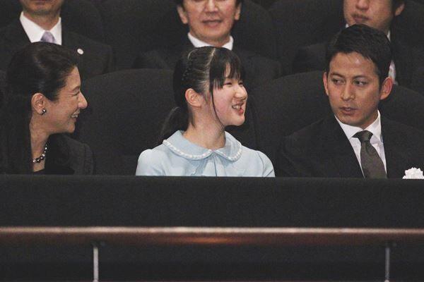 16年3月、岡田准一と笑顔でお話しされる愛子さま /(C)JMPA