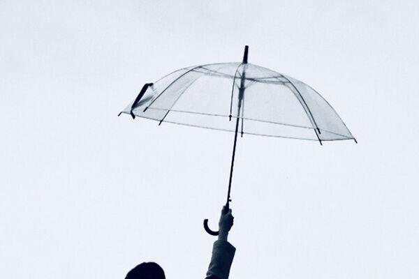 """傘をさす時は""""小指""""に力を入れて!生きるだけでやせる仕草"""