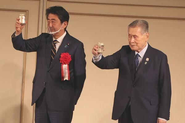昨年の清和会(細田派)パーティで、森喜朗元首相と並んだ安倍前首相
