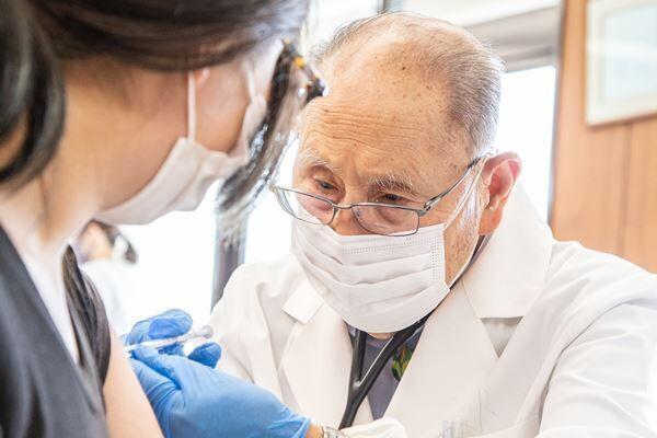 「ワクチン接種は、私の最後の役目」島で診療70年の94歳医師