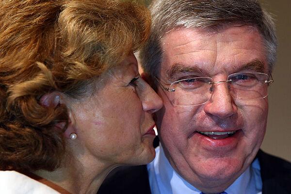 """2013年、IOC新会長に選ばれ、妻のクラウディアさんから祝福されるバッハ会長。""""スポーツ官僚""""の最高の地位についた瞬間だった。目には涙が(写真:Alexander Hassenstein /Getty Images)"""