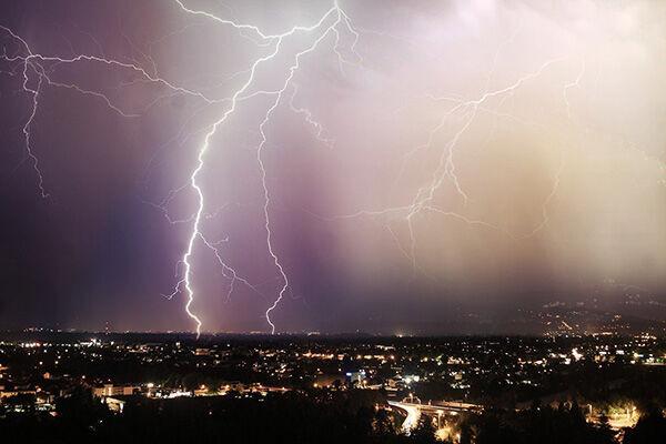 雷とセルフィーを撮ろうとして…塔に上った11人が死亡