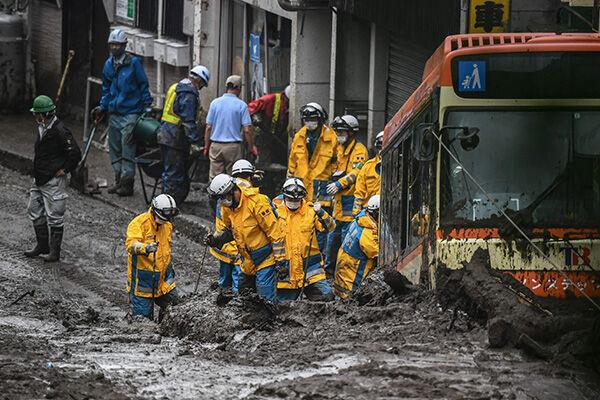 静岡県熱海市の伊豆山地区で発生した土石流で捜索活動をする救助隊(写真:アフロ)