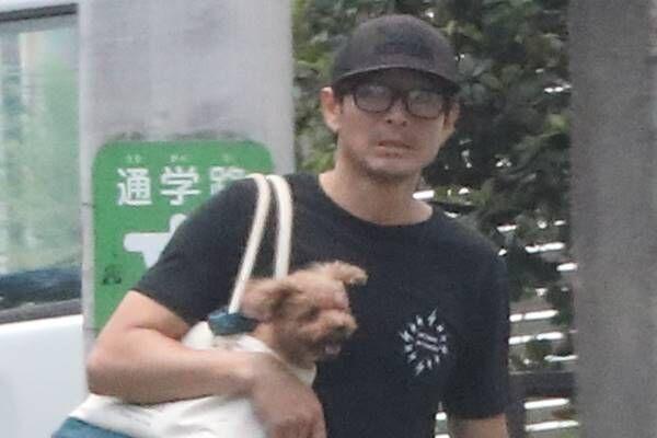 18年6月、ラフな格好で歩く吉田栄作