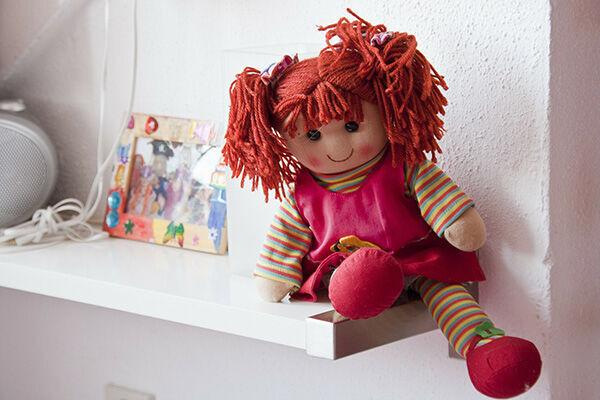 壁から出てきたのは、布製の人形だった