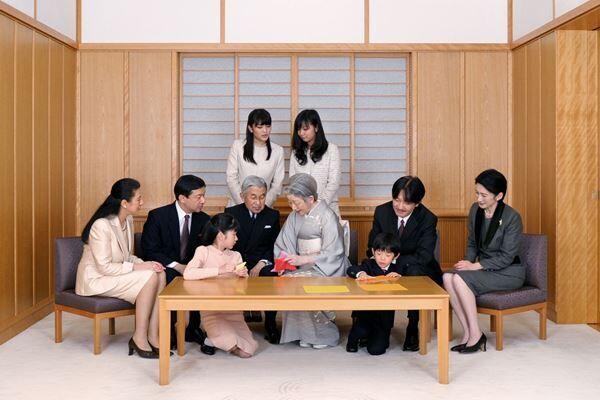 11年、御所でお集まりの上皇ご一家(写真提供:宮内庁)