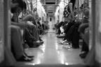 電車内で性的暴行を受ける女性を乗客全員が見て見ぬふり