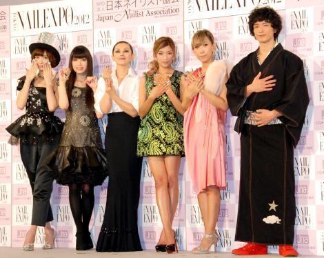 『ネイルクイーン 2012』の授賞式に出席した(左から)AKB48・篠田麻里子、栗山千明、夏木マリ、ローラ、蜷川実花、渡部豪太(C)ORICON DD inc.