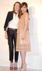 前田敦子、豪華ドレスに身を包み美脚披露