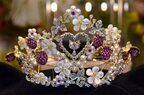 まばゆいダイヤモンドでデザイン 1億円の『ハローキティ』ティアラが登場