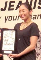 【ベストジーニスト】安藤美姫、尊敬する荒川静香と並び笑顔「光栄です」