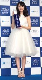 """新垣結衣、""""ふわふわ""""白ドレスで魅了"""