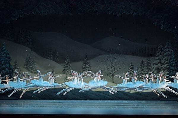 新国立劇場バレエ団『くるみ割り人形』 撮影:鹿摩隆司