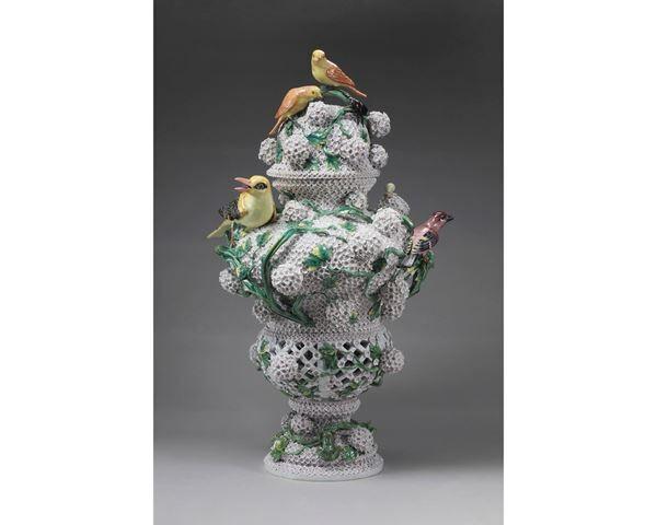 ヨハン・ヨアヒム・ケンドラー《スノーボール貼花装飾蓋付昆虫鳥付透かし壺》1820〜1920年頃個人蔵