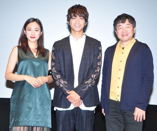 (左から)藤本泉、佐藤寛太、瀬木直貴監督