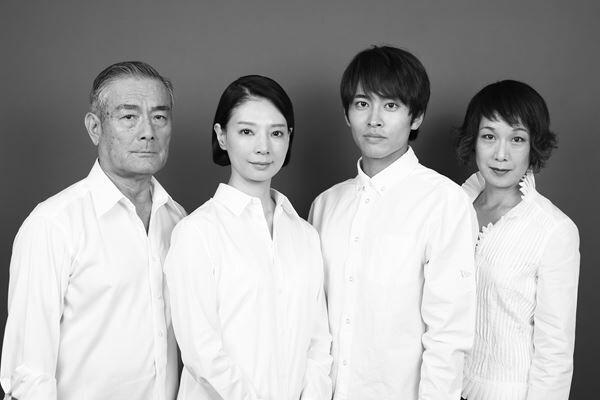 こまつ座『日の浦姫物語』の出演者。左から辻萬長、朝海ひかる、平埜生成、毬谷友子 撮影:田中亜紀
