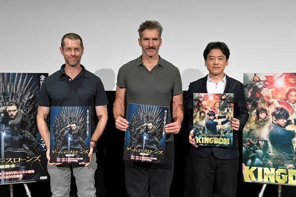 『ゲーム・オブ・スローンズ』の製作総指揮を務めるデヴィッド・ベニオフ(中央)とD・B・ワイス(左)、『キングダム』の原作者・原泰久氏(右)