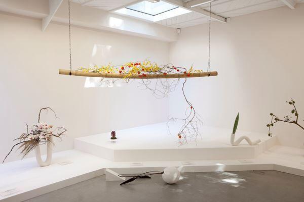 〈革命家でありながら、花を愛することは可能か〉2011- ギャラリー・カメル・メヌールでの展示風景(2012) photo: Fabrice Seixas / courtesy the artist and galerie kamel mennour (Paris/London) Metro Pictures (New York) KÖNIG GALERIE (Berlin) (c) ADAGP, Paris & JASPAR, Tokyo 2019