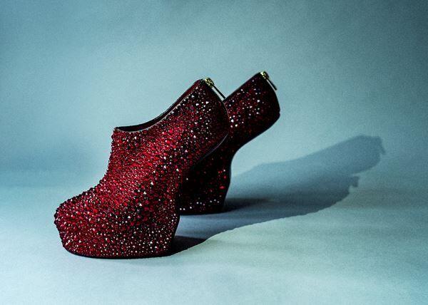 舘鼻則孝「Heel-less Shoes」2019 年 (c)NORITAKA TATEHANA K.K. Courtesy of KOSAKU KANECHIKA