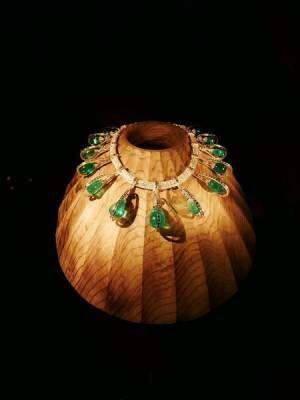 芸術的ジュエリーが神秘の空間で輝く! 『カルティエ、時の結晶』展が開幕