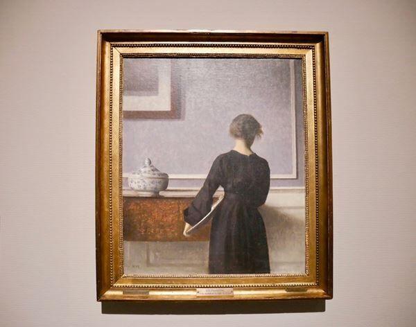ヴィルヘルム・ハマスホイ《背を向けた若い女性のいる室内》1903〜04年ラナス美術館