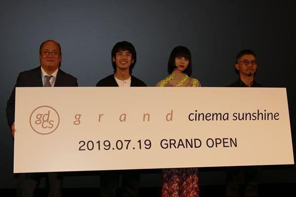 左から佐々木伸一社長、佐藤緋美、る鹿、関根光才