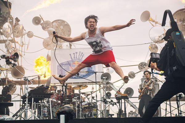 King Gnu、『Red Bull Secret Gig』の舞台裏に迫るドキュメンタリー&ライブ映像4曲を公開