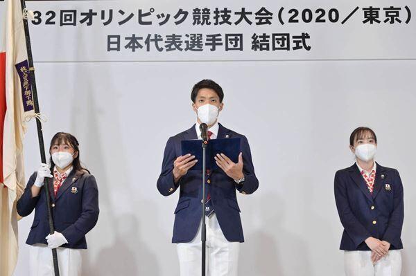 (写真左より) 日本選手団の旗手を務める須崎優衣、主将の山縣亮太、副主将の石川佳純 (C)JOC
