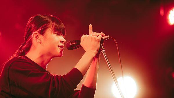 """小林私、予定調和無しの〈独演会〉で放った自由さと説得力 初バンドセットで挑んだ""""8曲""""ワンマンレポート"""