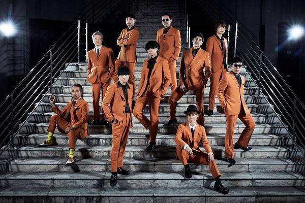 川上洋平がオレンジスーツで熱唱 スカパラ最新曲「多重露光 feat.川上洋平」MV公開