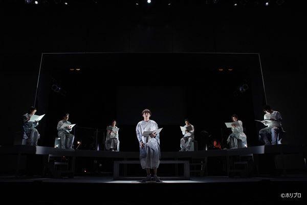 中央)須賀健太 (c)ホリプロ