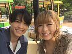 松村北斗と森七菜、遊園地デートのひとコマも 『ライアー×ライアー』仲良しオフショット一挙公開