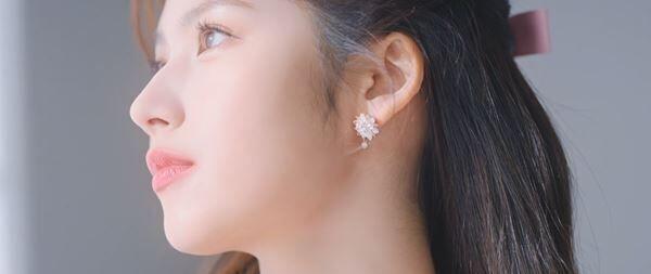 """コブクロ、TWICEのSANAが出演する「卒業」新MV公開 大阪と韓国の街を背景に""""大人が振り返る卒業""""を表現"""
