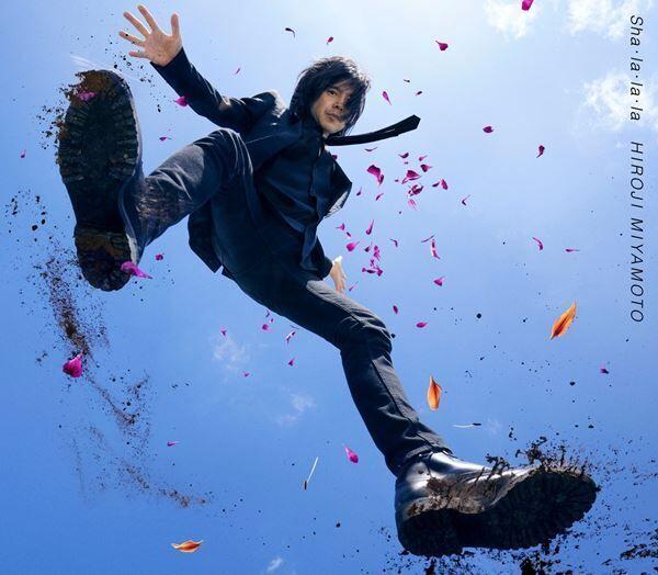 宮本浩次、多彩な衣装で昭和風の町を闊歩する「sha・la・la・la」MV公開 監督は児玉裕一
