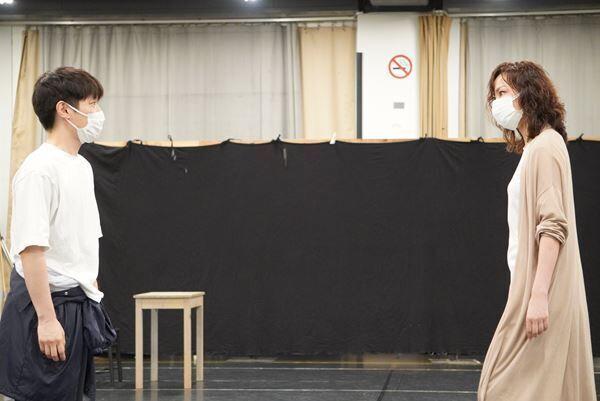 ミュージカル『「オープニングナイト」~桜咲高校ミュージカル部~』稽古場より、横山だいすけ(左)湖月わたる(右)