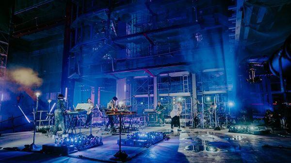 YOASOBI、初ワンマンライブ『KEEP OUT THEATER』レポ 建設中の工事現場からヒット曲「夜に駆ける」「群青」などを披露