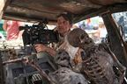 ザック・スナイダー監督がガイコツと共に車中に乗り込む Netflix『アーミー・オブ・ザ・デッド』場面&メイキング写真公開