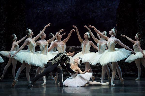 『白鳥の湖』バーミンガム・ロイヤルバレエ公演より photo by Bill Cooper