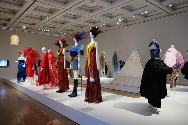 『ファッション イン ジャパン』展、国立新美術館にて開幕「もんぺ」の時代から70年にわたる日本のファッションの変遷を展観