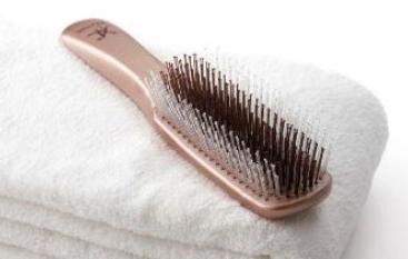 頭皮と髪へのW効果で若々しい印象を生み出すブラシ
