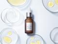 ビタミンCがスッとなじんで肌に浸透、大人肌の悩みにアプローチする美容液
