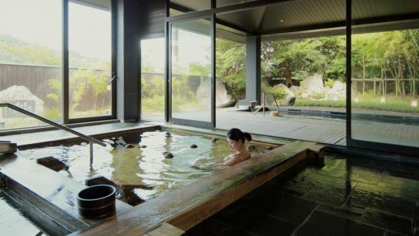 「星野リゾート 界 遠州」で、お茶玉の浮く檜風呂で癒される
