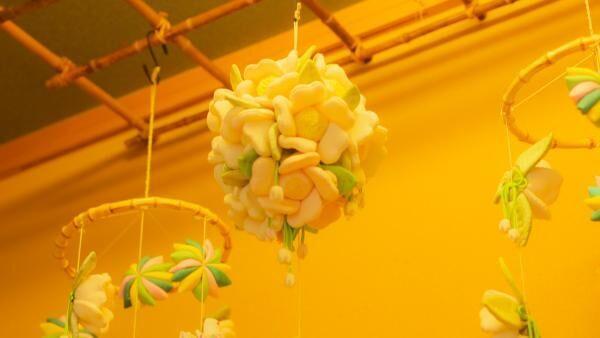 赤椿に白椿、「星野リゾート 界 伊東」の椿の花が美しい部屋