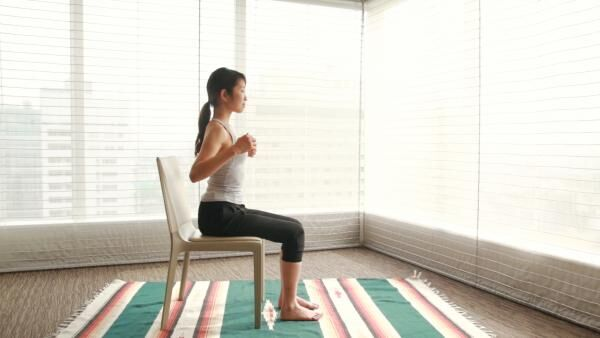 超簡単!肩甲骨ストレッチで肩こり解消&痩せ体質になるカラダ作り♪